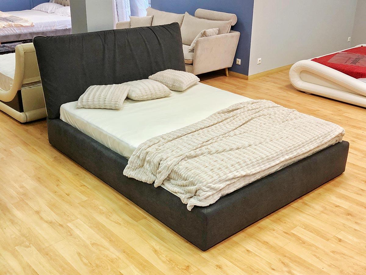 Pilkos spalvos dvigule lova Linn ekspozicijoje