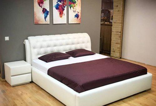 Dvigulė lova Boston iš baltos eko odos, galvūgalis su įtraukimais, nuotrauka iš ekspozicijos
