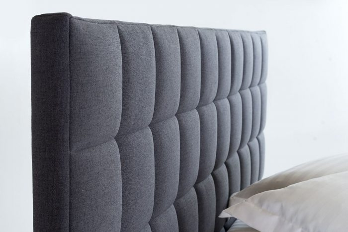 Pilkos, modernios dvigules lovos Bangkok galvugalis is audinio
