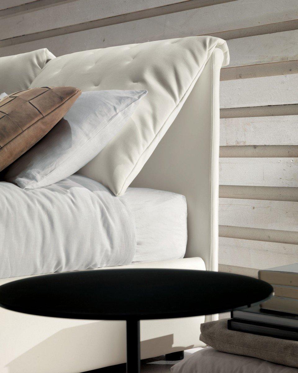 Baltos, modernios dvigules lovos Selena galvugalis