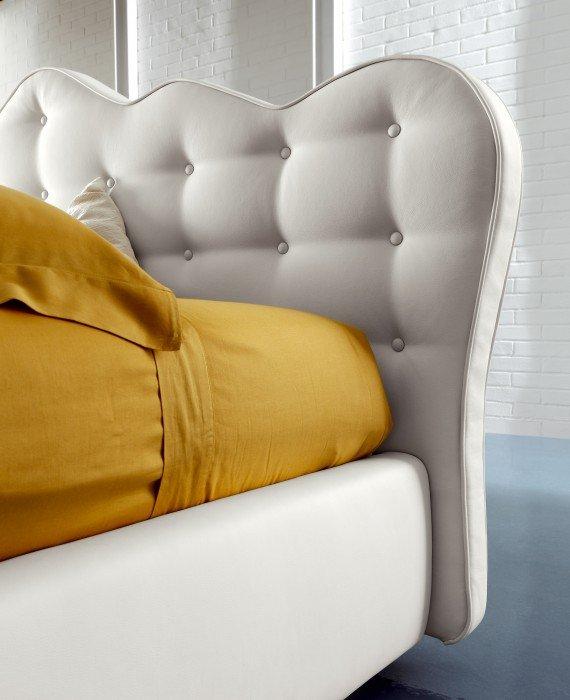 Baltos, klasikines dvigules lovos Mona galvugalis su sagomis
