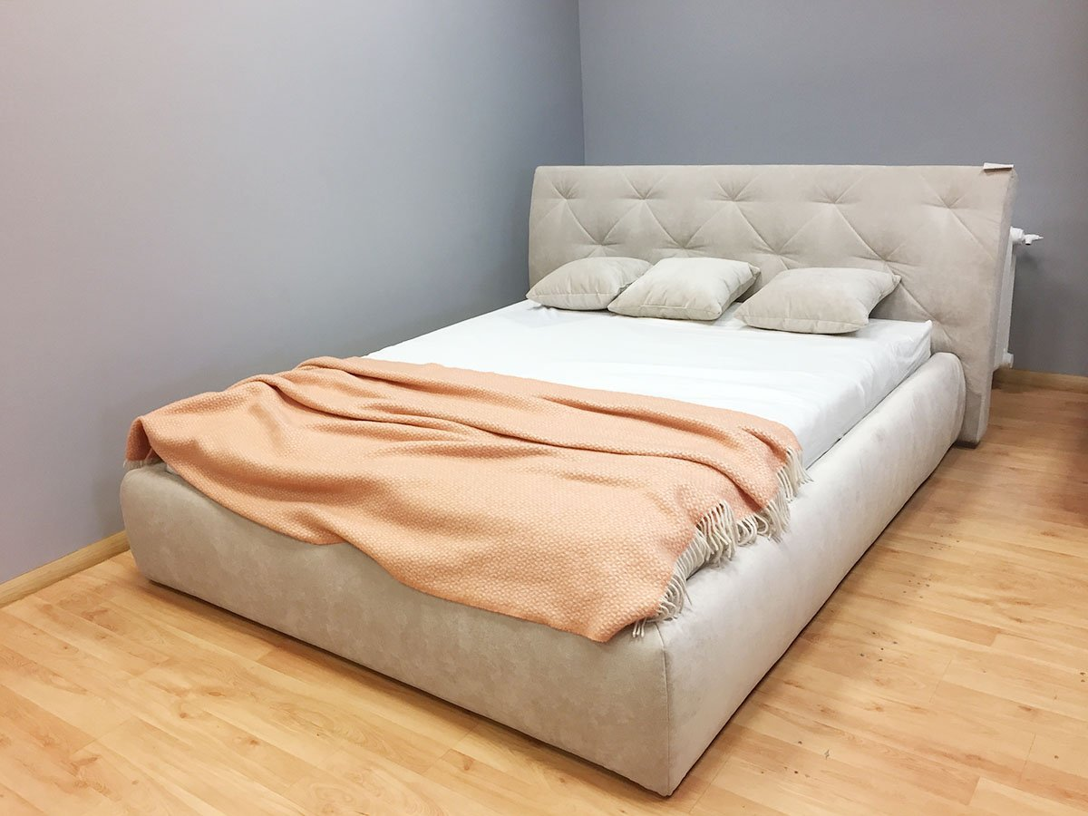 Kreminės spalvos dvigulė lova Gordon ekspozicioje