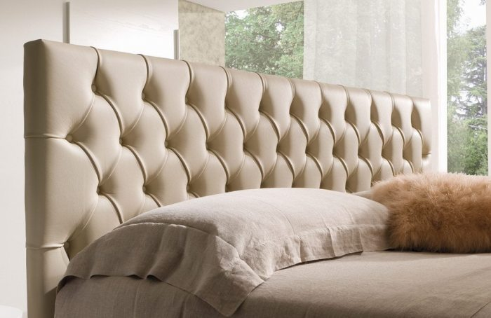 Dvigulės lovos Imperial galvūgalis iš kreminės eko odos su įtraukimais