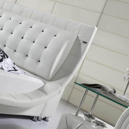 Baltos, modernios dvigules lovos Elis galvugalis su kristalais