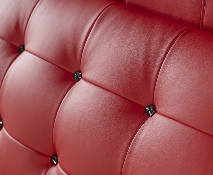 Raudonos, modernios dvigules lovos Elis galvugalis