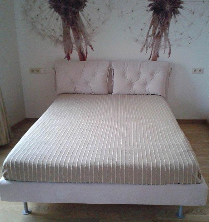 Pagal kliento pageidavimus pagaminta lova Candy ant aukštų metalinių kojelių.