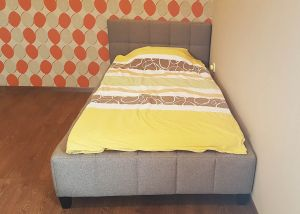 Viengule, moderni lova Lotos ant kojelių su žemesnių galvugaliu