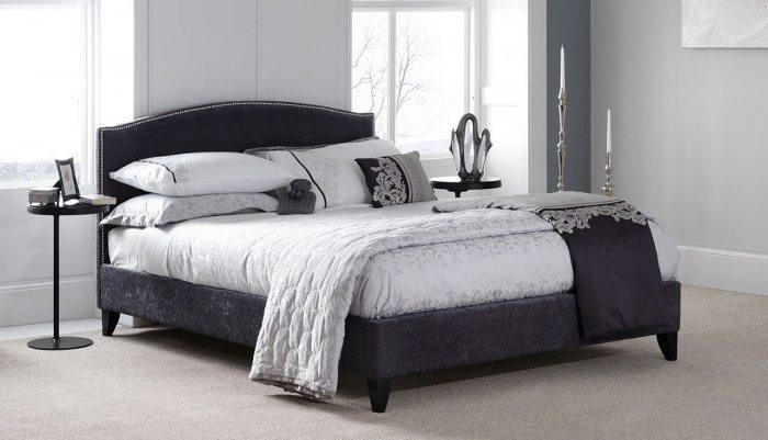 Dvigule lova Siera pilkos spalvos, galvugalis puostas dekoratyviniais sidabriniais vinukais, medines kojeles