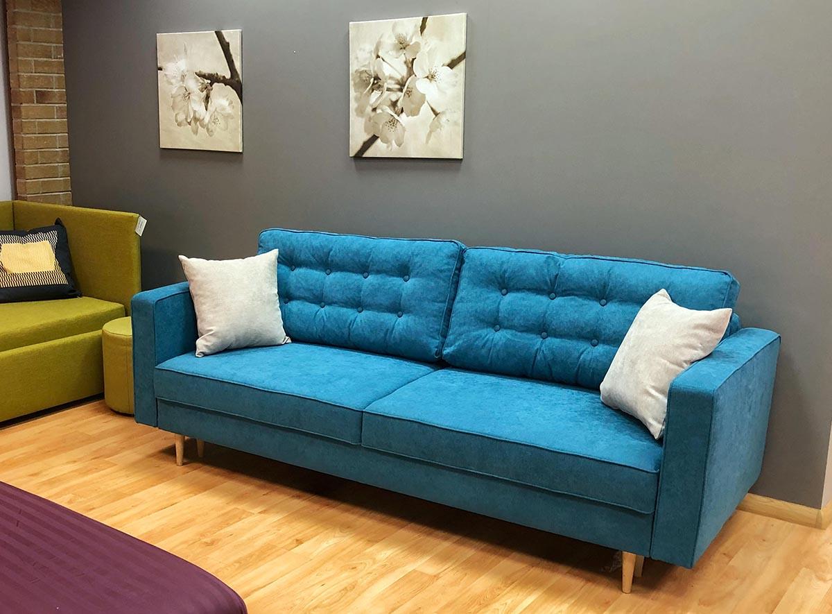 Sofa-lova Aldo is melsvos spalvos audinio, pagalves su itraukimais, ekspozicija